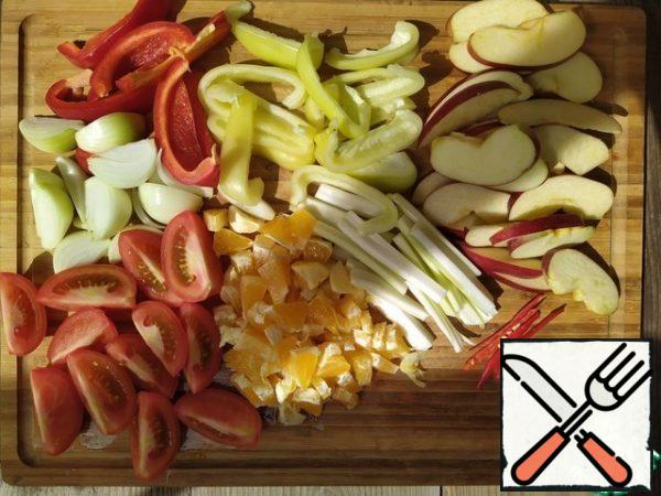 Cut the celery sticks lengthwise, onion large feathers (trying not to fall apart), Apple and sweet pepper slices. With tomatoes, too, do not mince, longitudinal quarters should be best. Divide the orange into slices and chop into cubes. Hot red pepper can be left whole, but then the surprise will fall to someone alone.