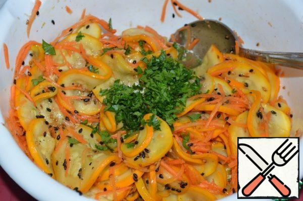 Add the sesame seeds to the vegetables. In a frying pan, heat the oil and pour in the vegetables, mix quickly. Add the chopped parsley. Stir.