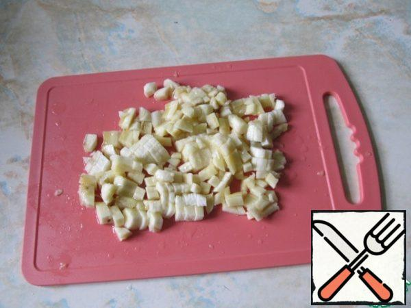 Cut the bananas into small cubes.