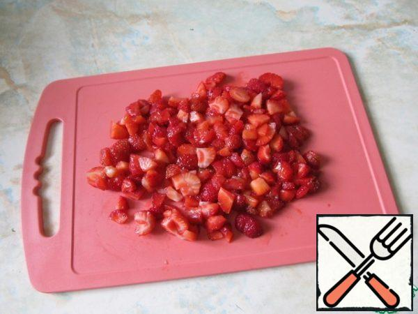 Cut the strawberries into small cubes. 3 beautiful strawberries to leave for decoration.