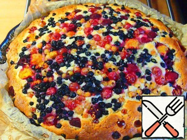 Spread the rest of the berries on top, leave a little for decoration. Bake the cake in a preheated oven at 180 degrees for about 45 minutes. Then reduce the temperature to 160 degrees and bake until ready.