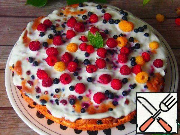 Remove the finished cake from the oven, put a layer of sour cream on top of the hot cake and spread out the remaining berries.