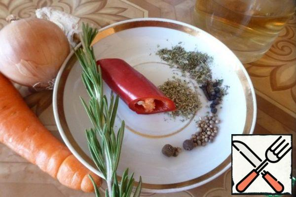 To prepare the spices and herbs. Onion, carrot cut into cubes, chili rings. Cut a piece of ginger into 2-3 parts. Wash the rosemary. If there is fresh thyme, it is better to put it, I have dry. Allspice, cloves, coriander, juniper mash.