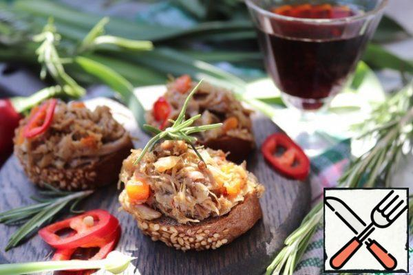 Put the duck rillettes in a convenient form, seal it, and when it cools down, put it in the refrigerator. It is better to let the rillettes ripen in the refrigerator for 1-2 days before trying. To serve, put the rillettes on toasted baguette slices.