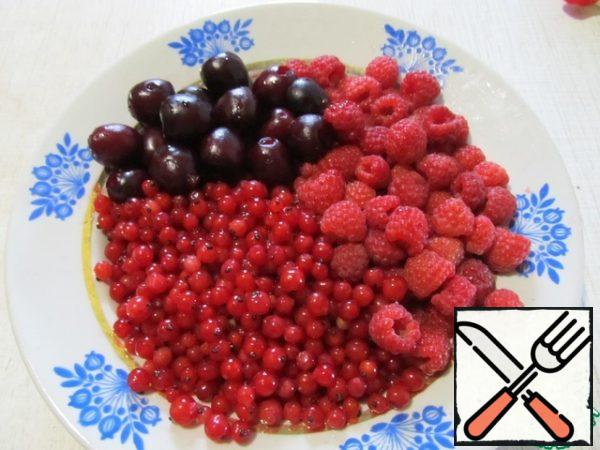 For kissel, take any red berries. I have red currants, raspberries and cherries. Wash the berries and remove the seeds from the cherries. Cook the berries in water with sugar for 5 minutes.