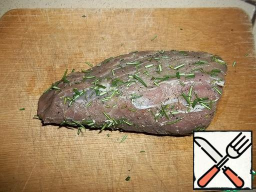 For this recipe, only fresh beef tenderloin is suitable, choose not too thick a piece. Wash and dry the meat. RUB with salt and a mixture of spices (black and white pepper, coriander), Leave for 30 minutes. Chop the rosemary and roll the meat in it.