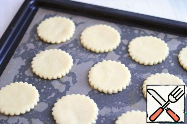 Place the sand blanks on a baking sheet covered with parchment or a silicone Mat. Send the baking sheet to the oven preheated to t200c for baking.