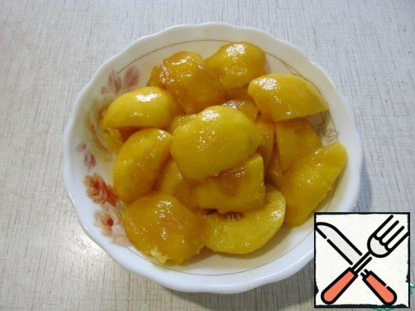Peel the peaches and remove the seeds. Cut into large pieces.