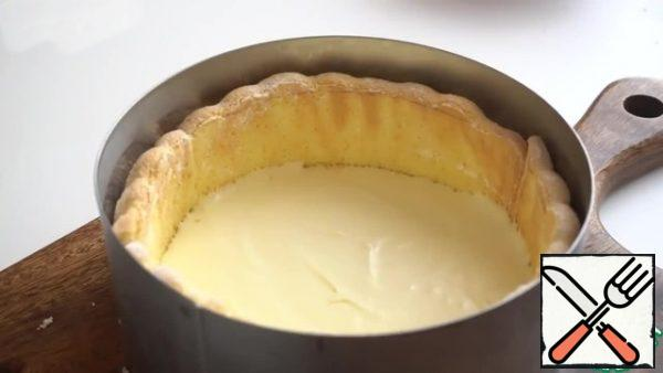 Put the white mousse mass on the sponge cake. Put the form in the refrigerator for 15 minutes.