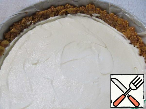 Add the cream on top and then put the halves of the grapes. Put in the refrigerator for 15-20 minutes.