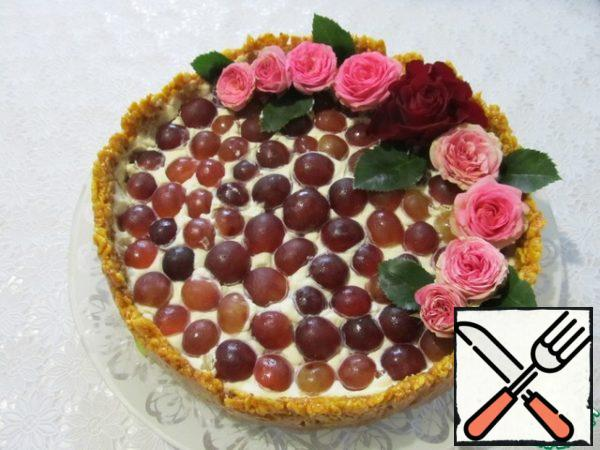 Decorate the cake to your liking. You can also use fresh flowers if they are grown on your own plot without the use of chemicals.