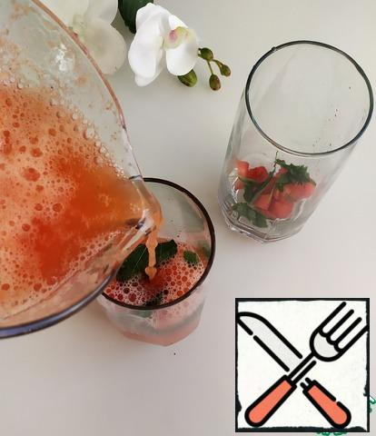 Before serving, cut the strawberries (6 PCs.), put them in glasses, put the mint pieces and pour the lemonade.