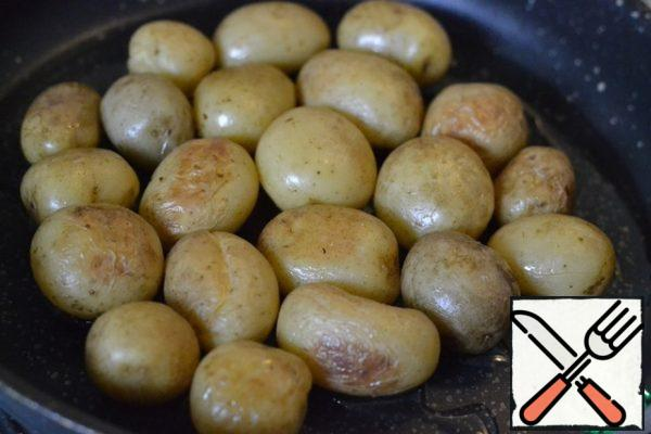 Wash and boil the new potatoes until tender. Heat 4 tablespoons of sunflower oil in the pan where the cake will be prepared. Put the potatoes in the pan and lightly fry.