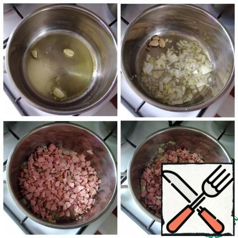"In a saucepan, I poured olive oil, warmed it and put garlic cloves, crushed with the flat side of a knife. Fry for a minute so that the garlic gives its flavor to the oil. It can be removed. Spread the finely chopped onion and gild it. Next-finely chopped sausages. I have a ""Bavarian"". Fry a little for a couple of minutes and put the Provencal herbs. Stir and remove from heat. You can replace the oil with any, including butter. You can also replace Provencal herbs with your favorite spices. For example: Basil, oregano, thyme..."