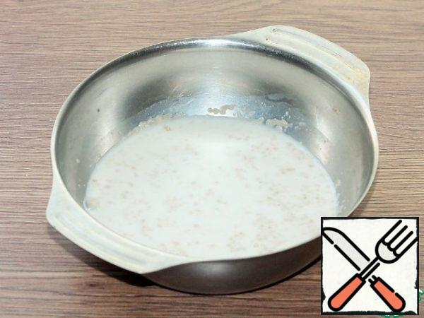 Sift the flour. Prepare the sourdough. Mix dry yeast with 2 tablespoons of flour and 1 tablespoon of sugar. Add warm milk (100 ml) and mix with a whisk. Put the bowl of sourdough in a warm place until the foam cap appears.
