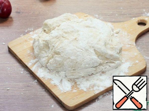 Spread the dough on a dusty cutting Board.