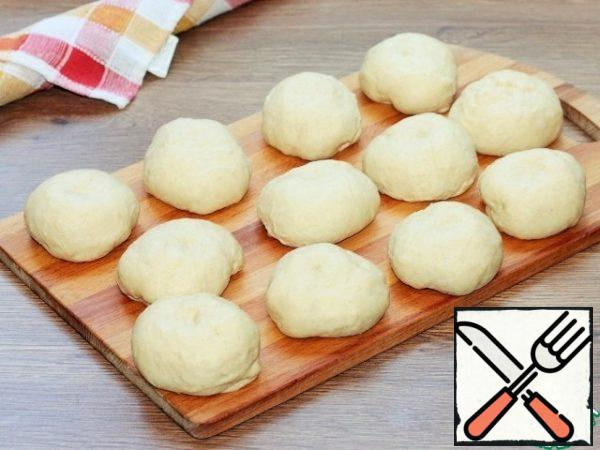 Forming pies-buns. Divide the dough into 12 parts and roll it into buns.