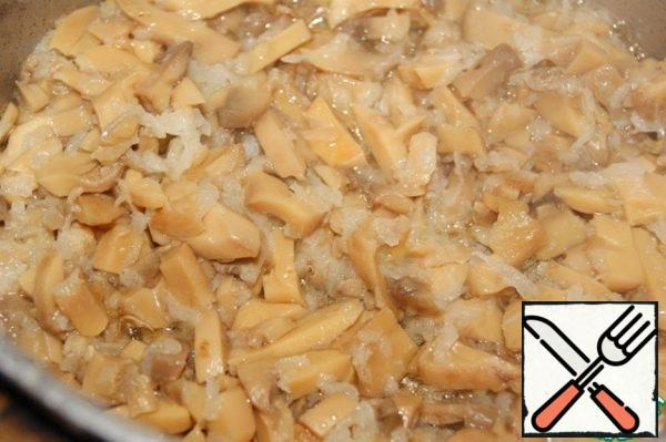 Sauce: Onion grated on a fine grater and finely chopped mushrooms (I have canned) fry in a saucepan in well-heated oil, if desired, add a little garlic.