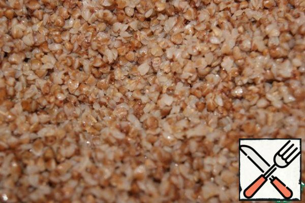 Side dish: Wash the buckwheat. Cover with water, add salt and half the oil. Bring to a boil, reduce the heat to low and cook until the liquid has completely evaporated. Add the remaining oil to the finished porridge and mix.