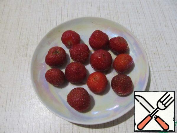 Choose medium-sized berries, wash, dry.