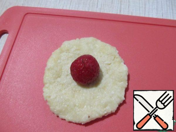 Roll out the tortilla to a thickness of 0.5 cm and the size is 2 times larger than the berry. Put the strawberries on a flat cake.