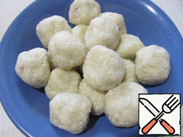 Put the dumplings in boiling water and cook for 10 minutes. Remove with a slotted spoon and let them drain.
