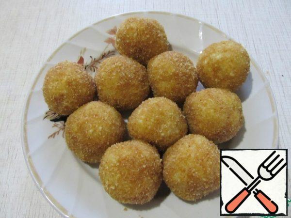 Roll the dumplings in the fried breadcrumbs.