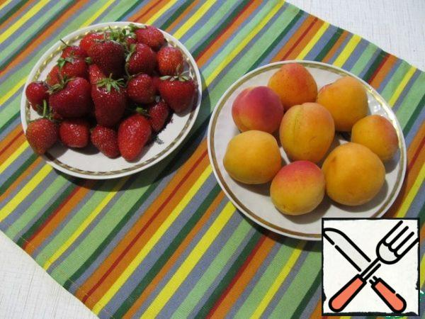 Prepare strawberry and apricot sauce. Wash the strawberries and remove the tails. Wash the apricots and remove the seeds. A couple of apricots and some beautiful strawberries set aside for decoration.