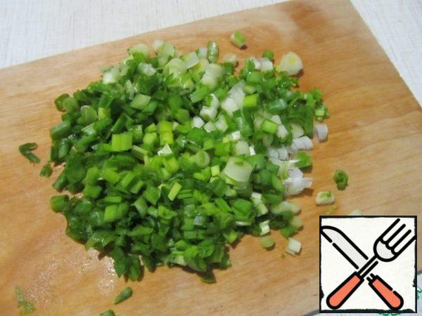 Cut green onions into rings.