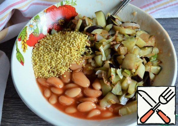 Fry the onion and half of the eggplant in 1 tbsp of vegetable oil, mix with the beans, washed with millet. Salt.