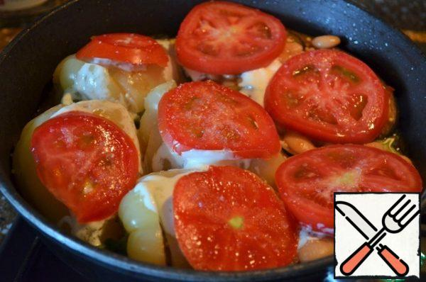 Cut the tomato into pucks, spread on the vegetables, and sprinkle with sugar.
