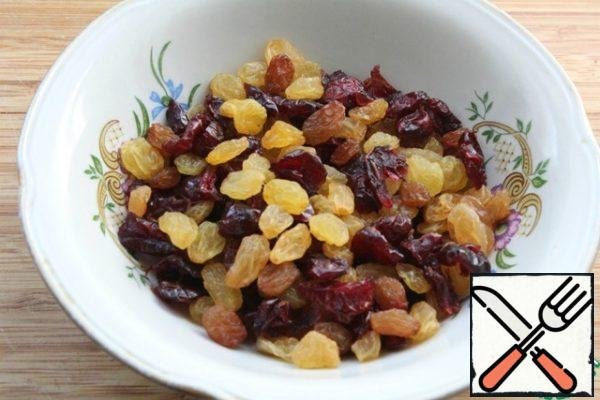 Preparing dried fruits. Add to the curd filling and mix.