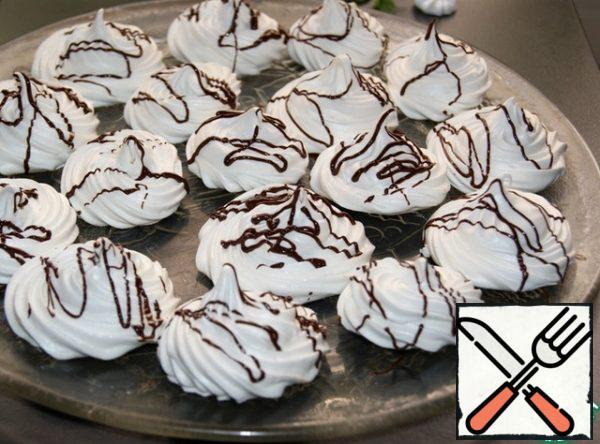 """Well-baked meringue easily lags behind the paper, dry and """"rings"""" when tapping on the bottom. From this meringue, you can bake cakes for cakes, decorations for cakes and pastries. It is easy to work with and everyone gets it! P.S. for lovers of soft core-bake for 20-30 minutes less than 3 hours."""