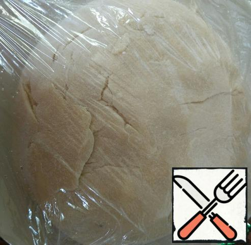 Cover the dough plate with cling film and refrigerate for 40 minutes.