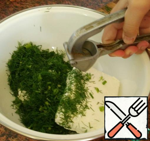 Take cottage cheese and dill. Put cottage cheese on a plate. Finely chop the dill and throw it in the same place, press the garlic in the garlic press.