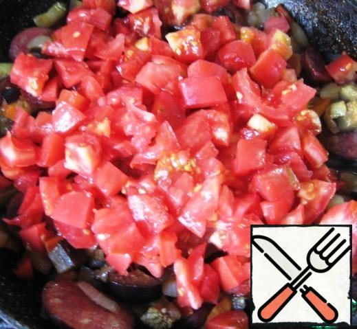 Add sliced tomatoes (if desired, remove the skin), mix.