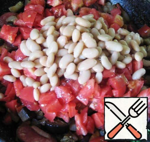 Add the beans (pre-drain the liquid from the jar), mix the stew, season with salt to taste, add black and red pepper and simmer for another 5-6 minutes, remove from the heat.