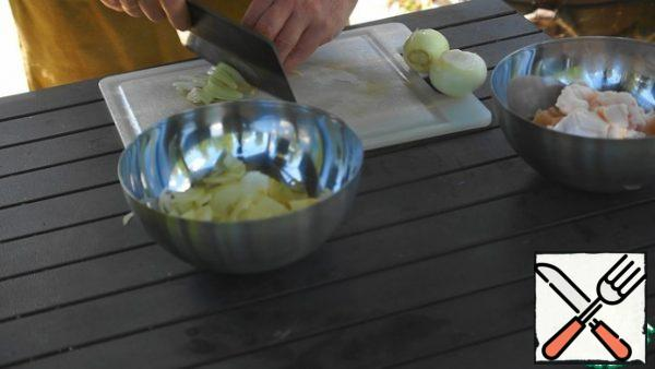Cut the fat into large cubes, and the onion into half rings.