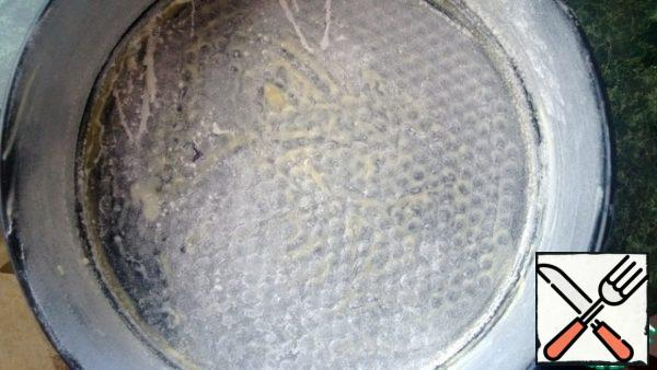 Form (split) lubricate with oil and sprinkle with flour.