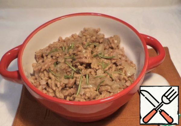 """Part of the finished minced meat mixed with the Greek. Part of the leave to decorate the top of the dish. Minced meat with walnuts to warm up under the lid, that would """"make friends"""" all the components of the dish. Spread out on portions and garnish with the heated remains of minced meat. Sprinkle with herbs."""