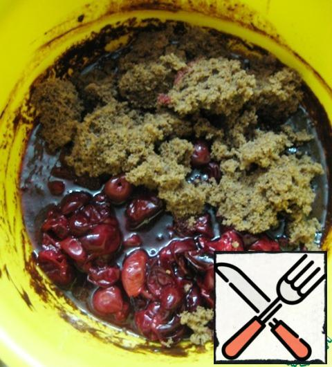 Add the cherries together with the extracted juice (remove the seeds beforehand) and the pieces of sponge cake.