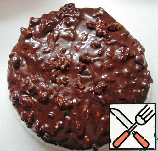 Cover the top of the cake with chocolate-nut icing and send the cake to cool for 5-6 hours.