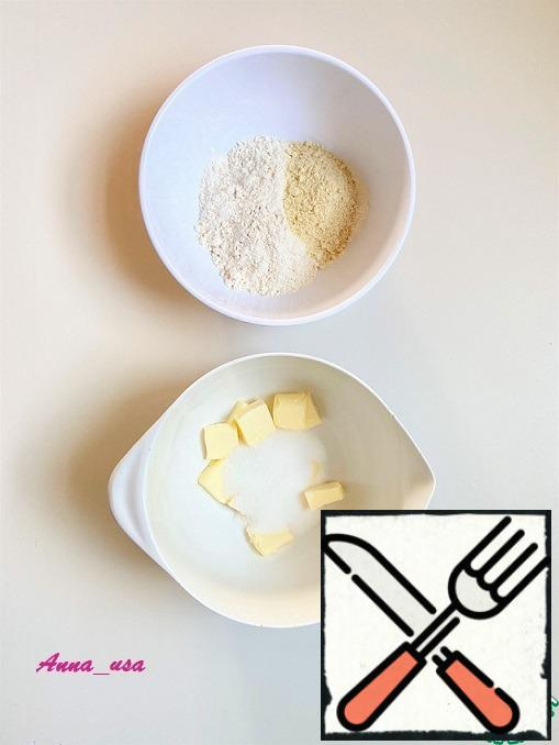 In a separate bowl, mix the wheat flour, almond flour and baking powder. In another bowl, combine the butter at room temperature and sugar.