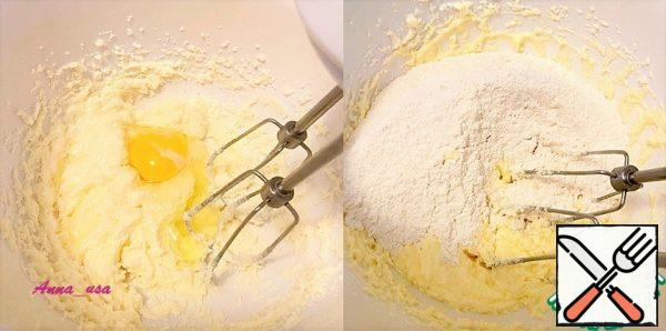 Beat the butter and sugar with a mixer and add the eggs one at a time. Pour the flour mixture into the oil mixture and bring everything to a homogeneous state.