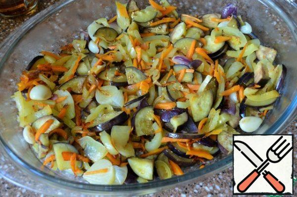 In vegetable oil, fry the onion, garlic, add carrots, fry for 5 minutes. Then add the pepper, after 5 minutes the eggplant. Add salt and fry for another 3 minutes. Place in a fire-proof mold or deep baking tray.