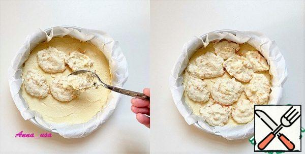Form a diameter of 20 cm (8 inches) to cover with parchment, you can grease with oil and sprinkle with flour, but I recently use parchment in all baking. Spread the dough evenly over the form. Spread the ricotta evenly over the entire surface with a tablespoon.