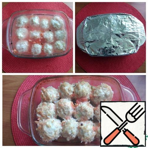 Carefully fill the meatballs in the form, put allspice, cover with foil. put in the oven, setting t-180 C and 1 hour of time. For 15 minutes, remove the foil and let the meatballs bake a little. The liquid is almost completely absorbed, the rice is cooked in meatballs, meatballs look juicy. Focus on your oven, I had enough time.