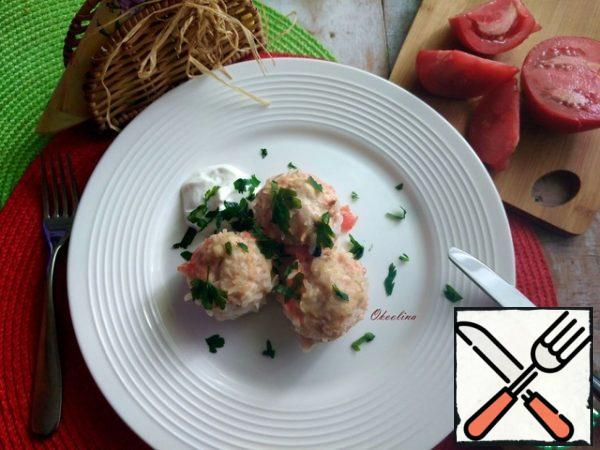 Served meatballs with sour cream and sprinkled them with a little chopped parsley. 3 pieces per serving.