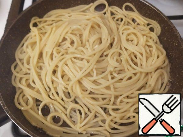 Cacio e pepe we prepare not just to the state of al dente, but to the hard al dente.So, having reached a hard al dente, transfer the spaghetti to the pan with the pepper. Mix well. Add a little water (literally 0.5-1 ladle). Cook, stirring constantly, for one and a half minutes.