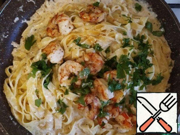 Add the shrimp and parsley and mix again. Estimate the density of the sauce. If it is too thick, add a little water (cast from the spaghetti) and dilute to the desired consistency.